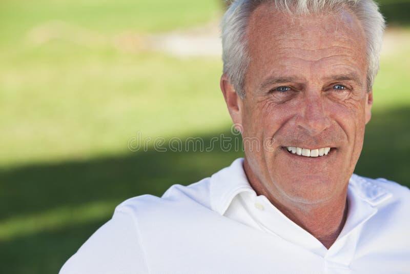 красивый счастливый человек вне старший усмехаться стоковая фотография rf