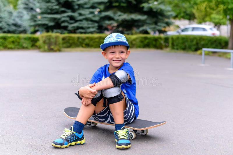 Красивый счастливый молодой мальчик на его скейтборде стоковые изображения