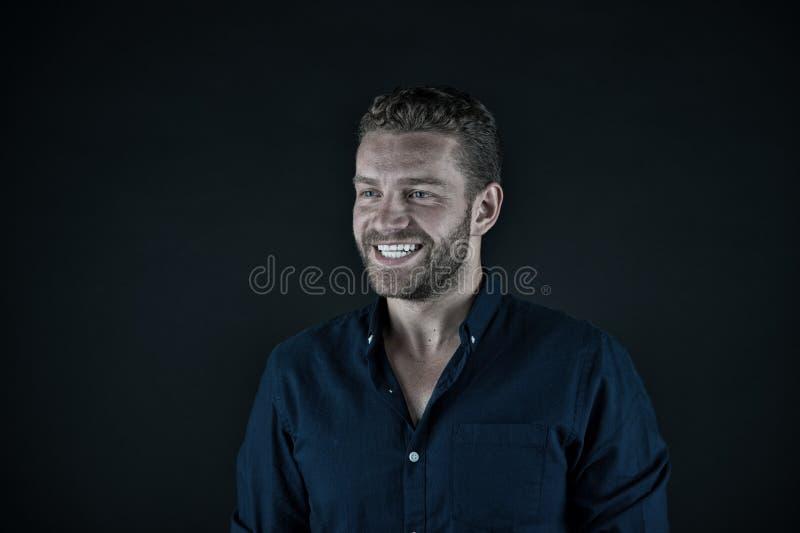 Красивый счастливый человек с небритой стороной в голубой модной рубашке стоковое фото rf