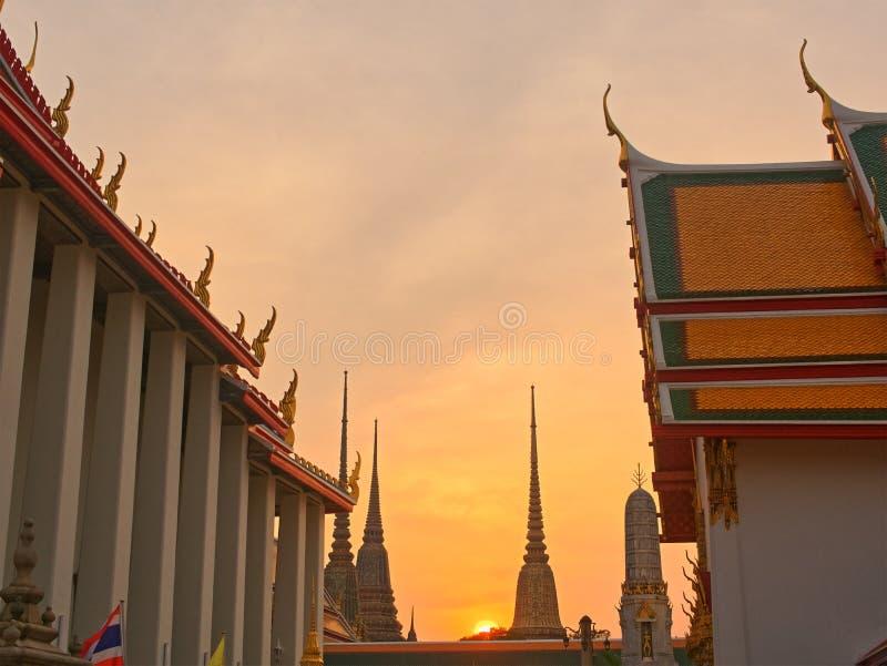 Красивый тайский висок в заходе солнца стоковое изображение rf
