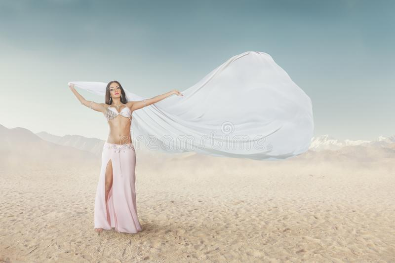 Красивый танец живота танцев молодой женщины на открытом воздухе стоковое фото rf