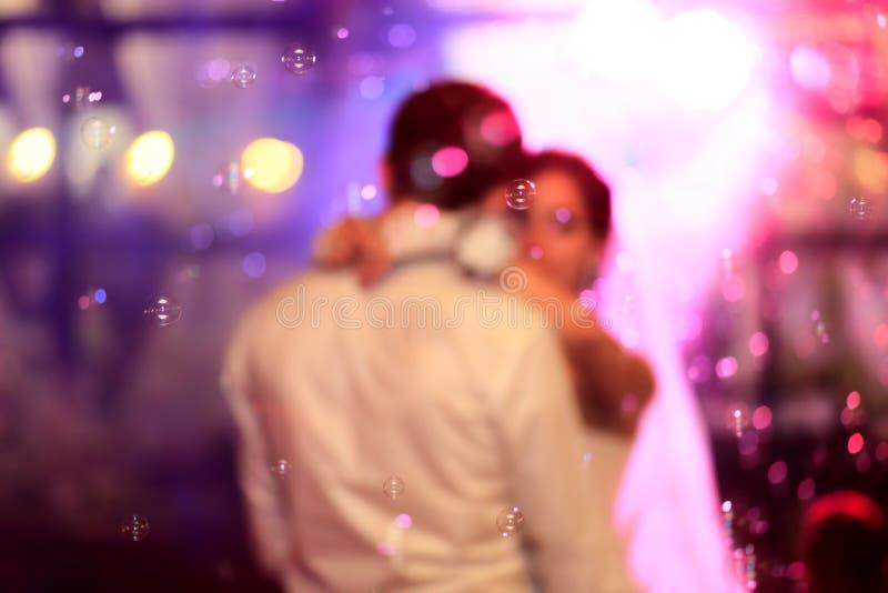Красивый танец свадьбы в пузырях мыла стоковая фотография rf