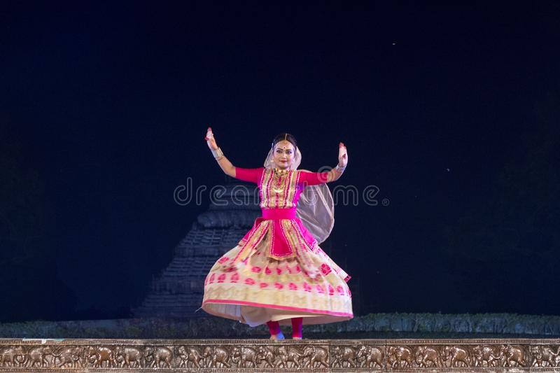 Красивый танцор Sattriya выполняя танец Sattriya на этапе на виске Konark, Odisha, Индии Танец ассамца классический индийский стоковая фотография rf