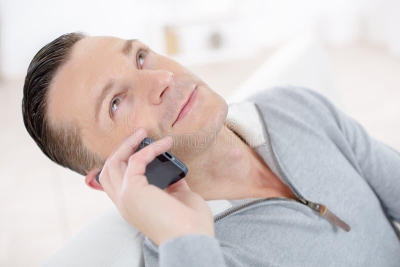 красивый телефон человека стоковые изображения rf