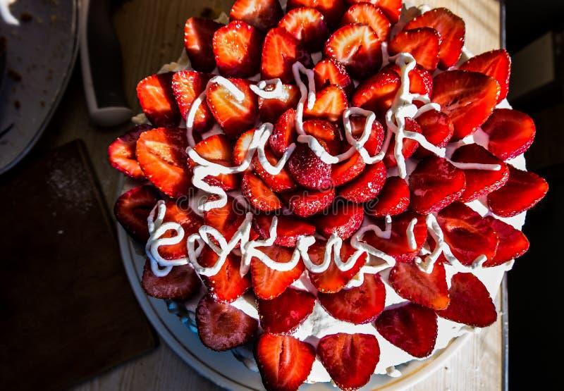 Красивый торт с клубниками и взбитой сливк стоковое изображение