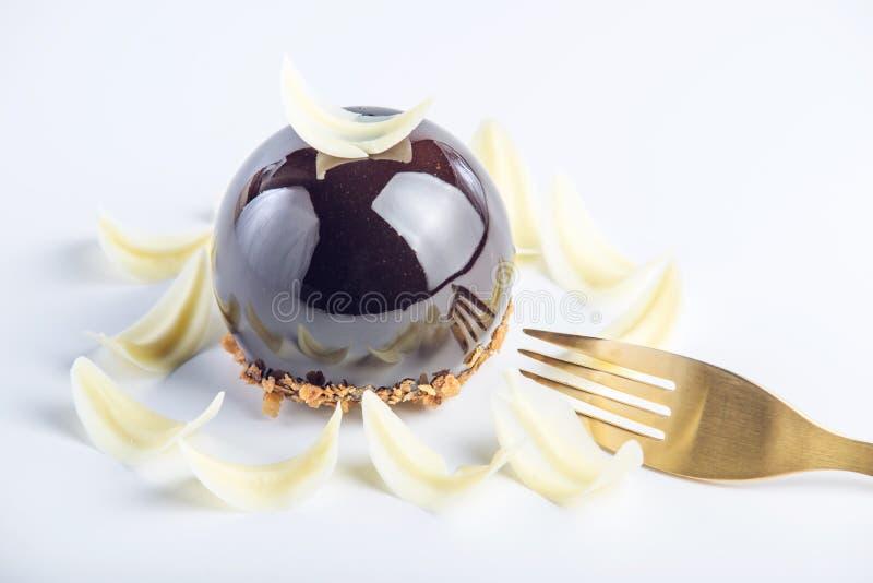 Красивый торт трюфеля покрытый с лоснистой темной поливой шоколада Десерты дизайна концепции стоковое изображение