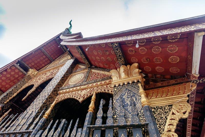 Красивый традиционный буддийский висок в Luang Prabang, Лаосе, популярном назначении перемещения в Юго-Восточной Азии стоковое фото