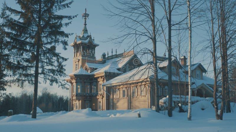 Красивый традиционный покрытый снег русский коттедж - terem в лесе стоковое фото rf