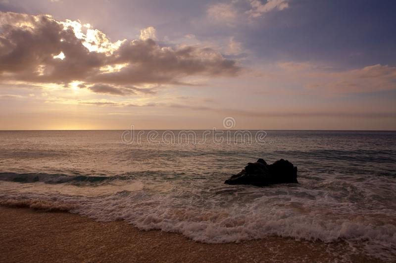 Красивый тропический заход солнца на пляже Kaanapali в Мауи Гаваи стоковые изображения