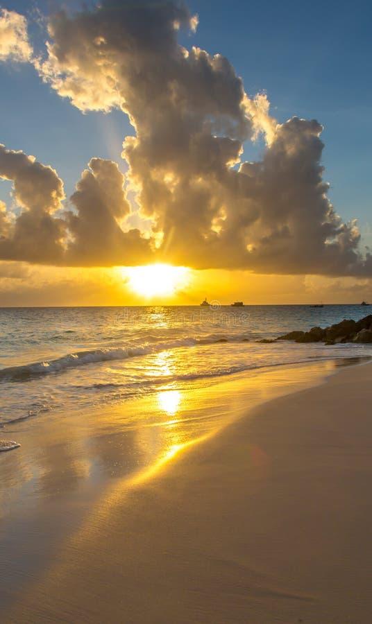 Красивый тропический заход солнца пляжа острова стоковые изображения