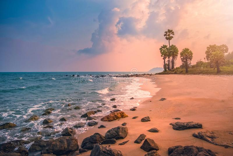 Красивый тропический пляж с пальмой сахара на заходе солнца в Таиланде Винтажный тон стоковое фото