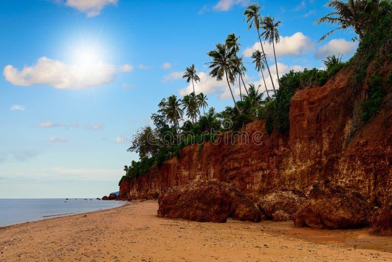 Красивый тропический пляж на голубом небе в Таиланде стоковые изображения rf