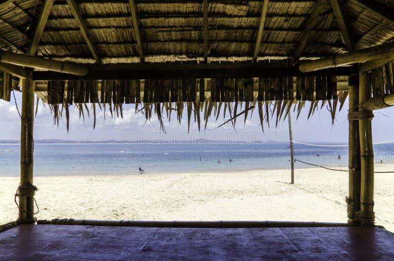 Красивый тропический пляж с белым песчаным пляжем от бамбуковой хаты стоковое изображение rf