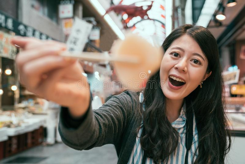 Красивый туристский показывая сасими палочками стоковое изображение
