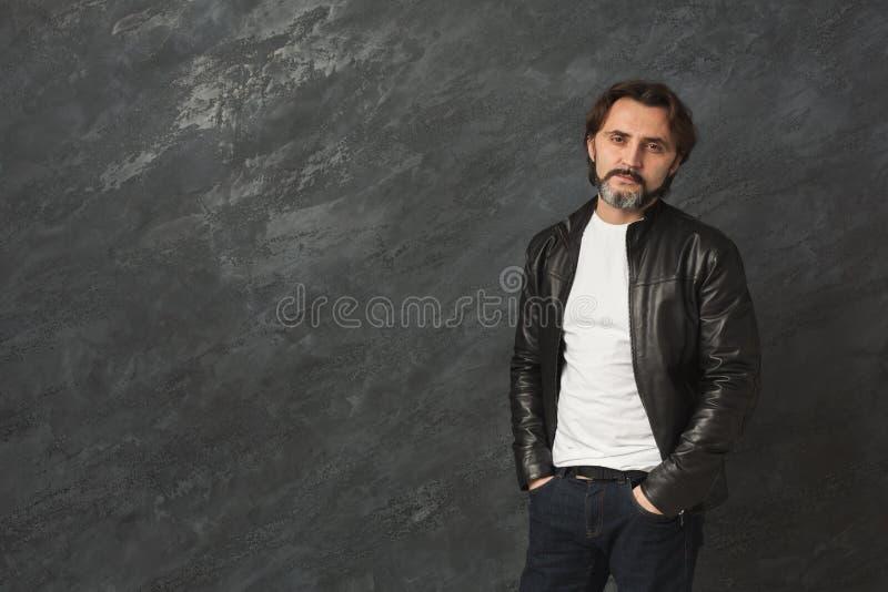 Красивый уверенно бородатый портрет человека стоковое фото