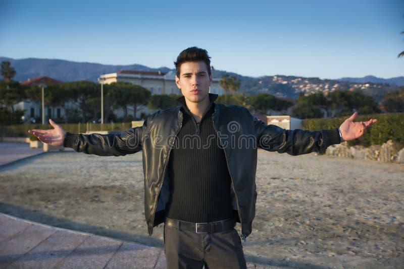 Красивый уверенно ультрамодный молодой человек празднуя стоковое изображение rf