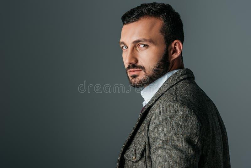 красивый уверенный человек представляя в куртке одежды из твида стоковые фотографии rf