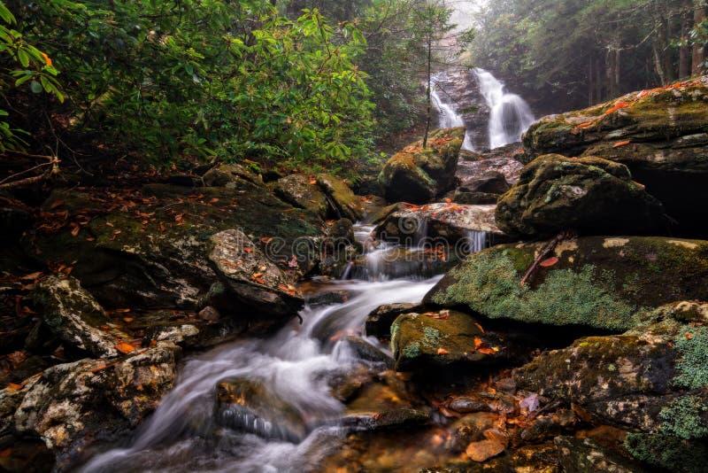 Красивый уединённый водопад стоковое фото