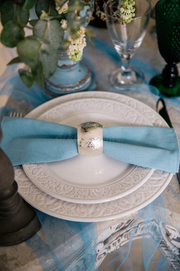 Красивый украсьте плиту свадьбы с свечами и цветками стоковое фото rf