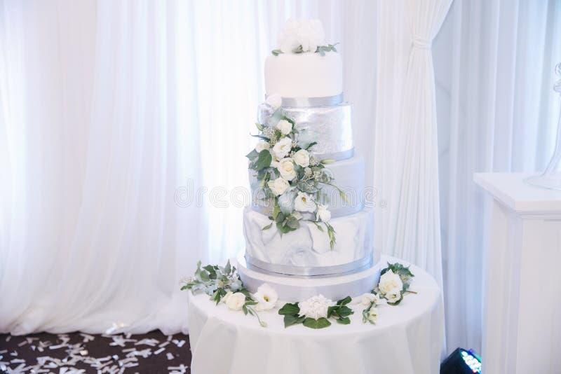Красивый украшенный свадебный пирог с цветками Серебряный и белый цвет стоковые фото