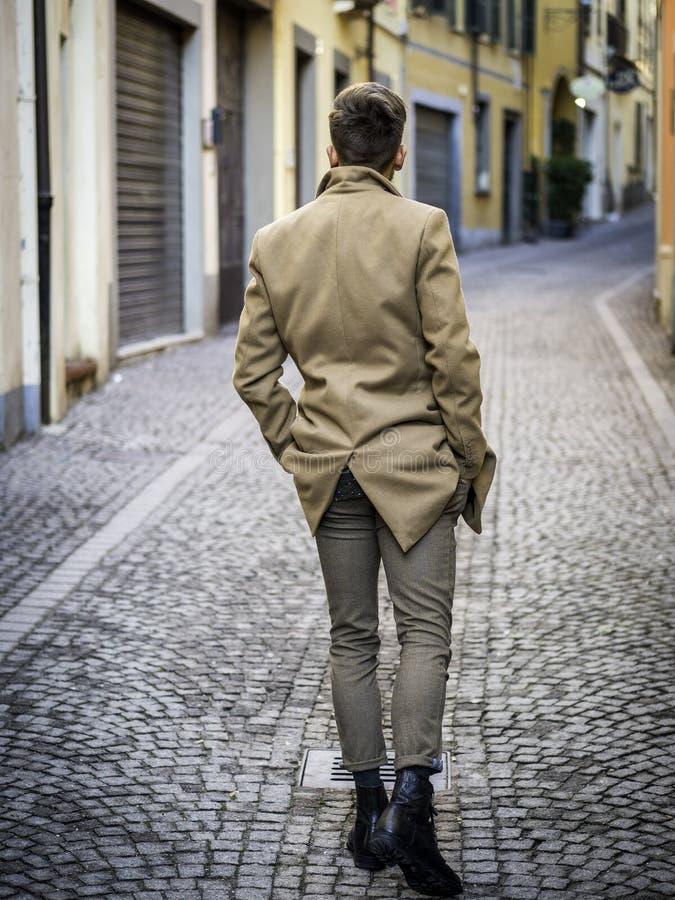 Красивый ультрамодный молодой человек в европейском городе стоковые фотографии rf