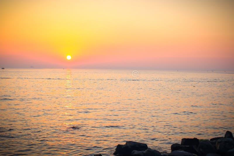 Красивый уникально заход солнца на море стоковые изображения