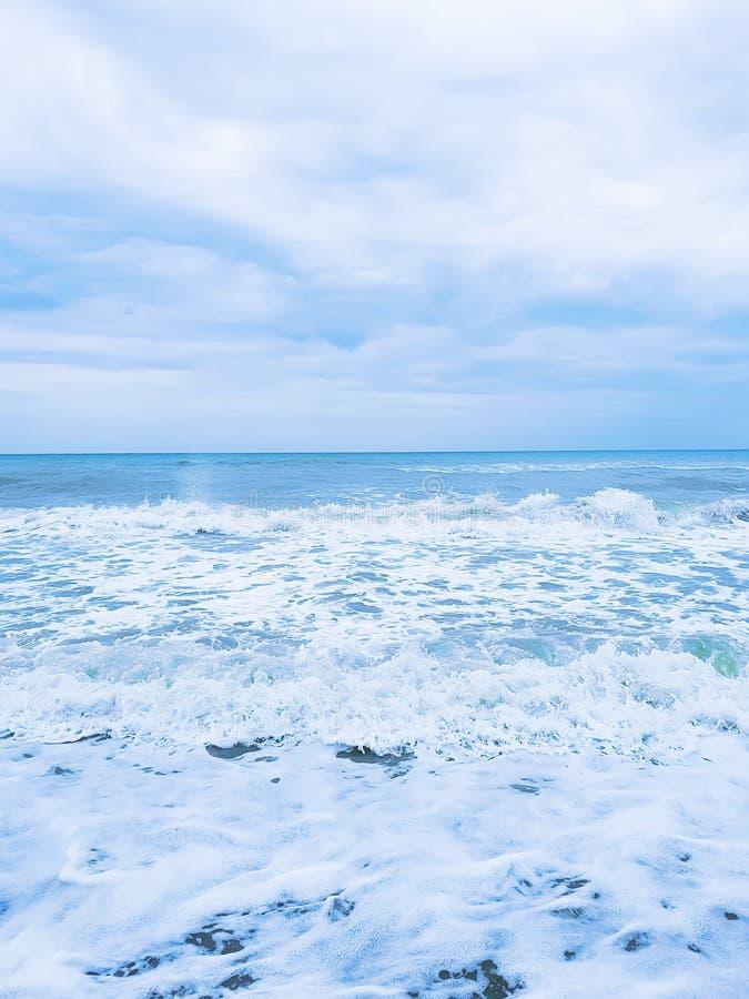 Красивый ураган курорта шторма моря брызгая осень на seascape движения пляжа сценарном стоковые фото