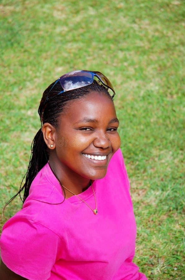 Красивый усмехаться чернокожей женщины стоковое изображение rf