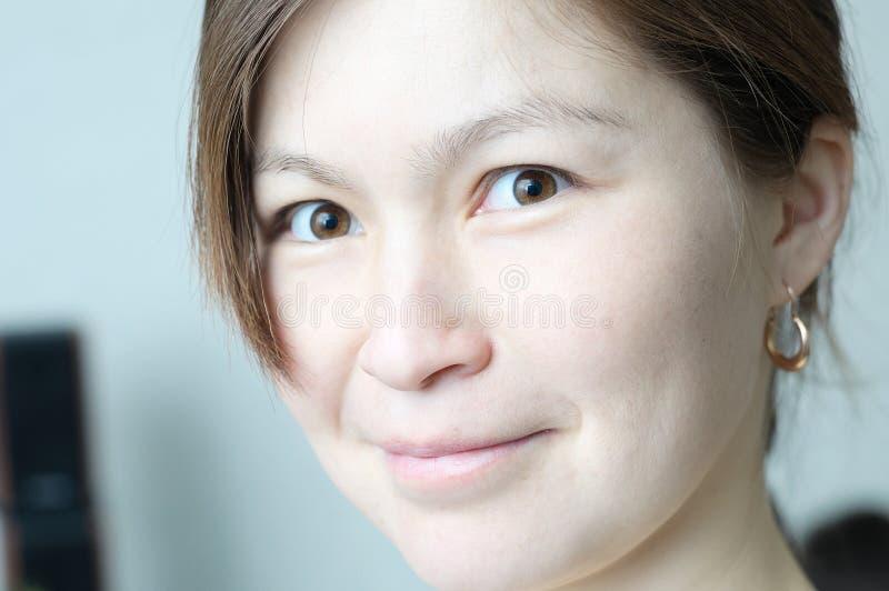 Красивый усмехаясь азиатский портрет стороны девушки элегантный и красивый без состава, сырцового стиля, беспристрастной реальной стоковое изображение rf