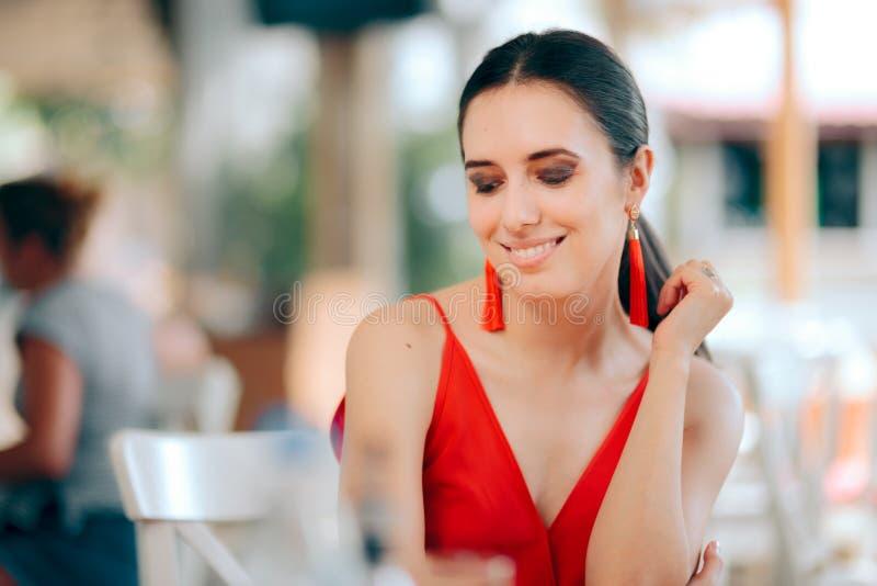 Красивый усмехаясь красный цвет женщины нося и серьги Tassel стоковые фотографии rf