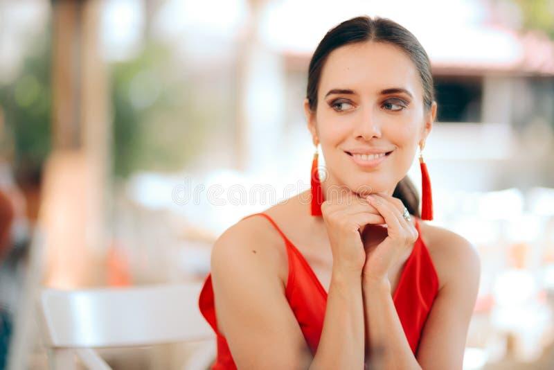 Красивый усмехаясь красный цвет женщины нося и серьги Tassel стоковое изображение rf