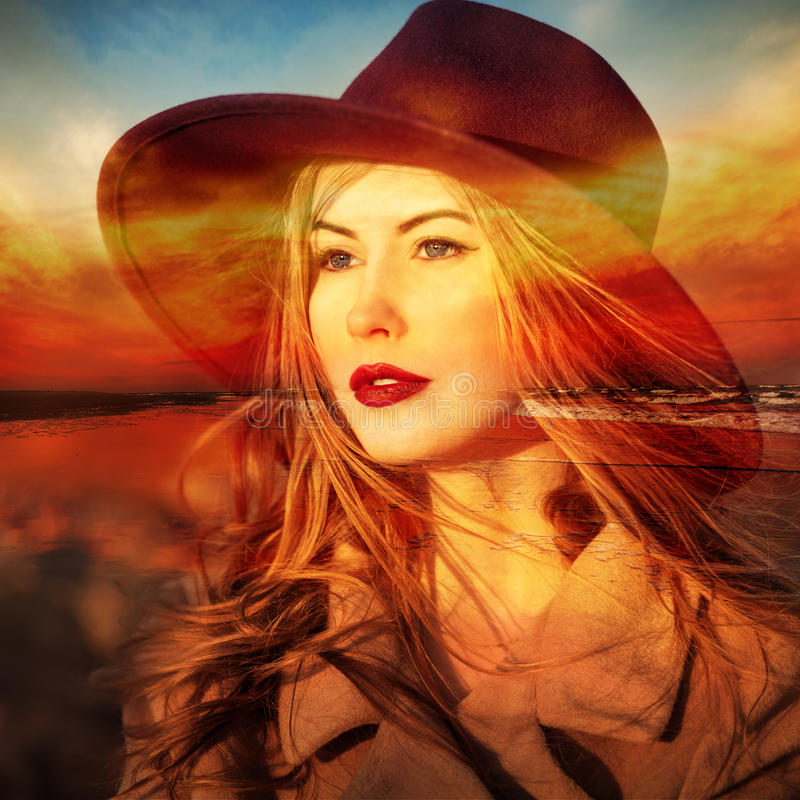 Красивый фантазер женщины на пляже на времени захода солнца двойная экспозиция стоковая фотография