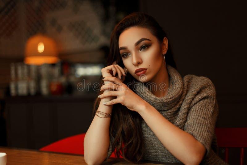 Красивый фантазер молодой женщины в стильном свитере стоковые изображения