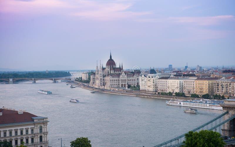 Красивый фиолетовый заход солнца на Дунае и венгерском парламенте стоковые фотографии rf