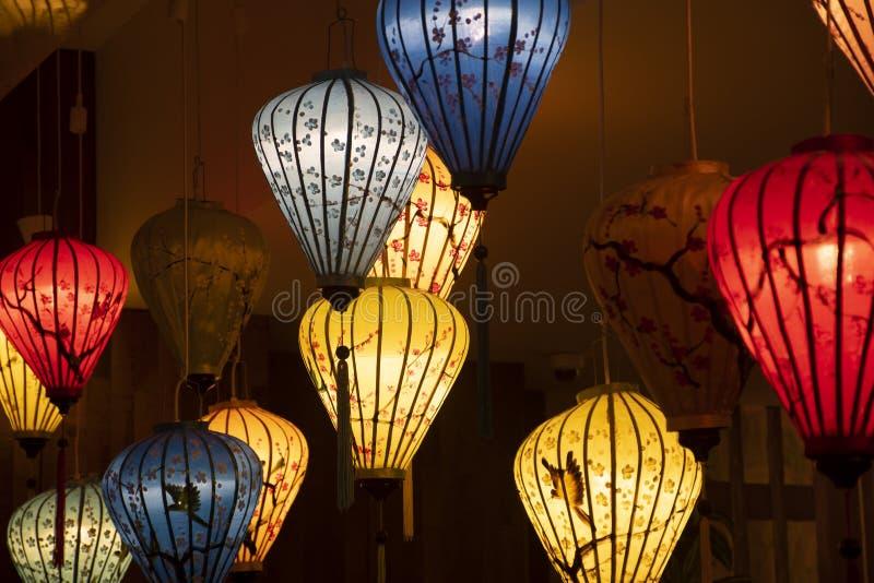 Красивый фонариков украшения светлых в рынке ночи Hoi стоковое изображение