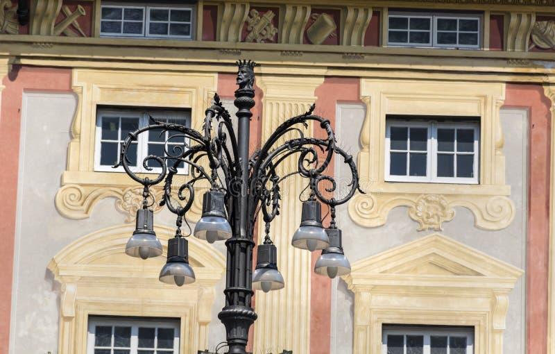Красивый фонарик улицы на красивой винтажной предпосылке здания стоковое фото rf
