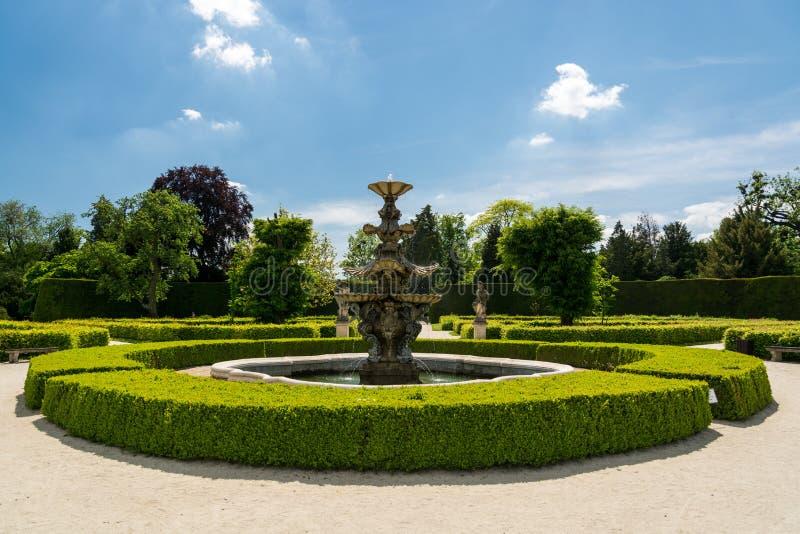 Красивый фонтан в садах около замка Lednice стоковая фотография rf
