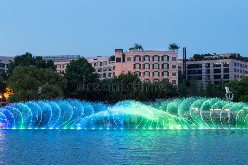 Красивый фонтан на озере Ханчжоу западном стоковое изображение rf