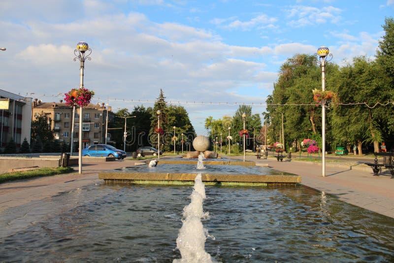 Красивый фонтан на парке в городе стоковое изображение rf