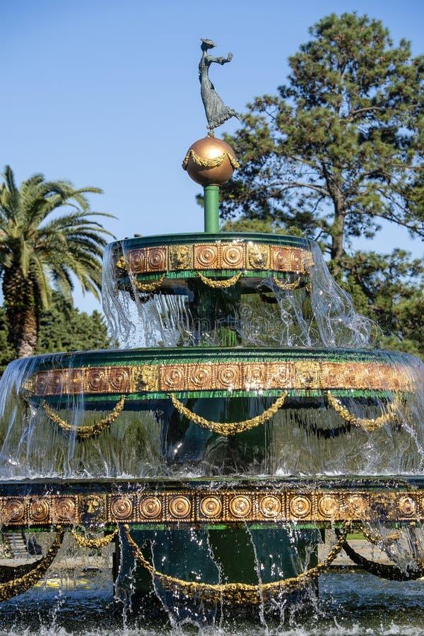 Красивый фонтан с водой брызгая на солнечный день, концом вверх стоковые фото