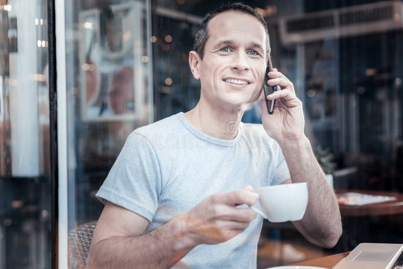 Красивый фрилансер имея встречу в кафе стоковые изображения rf