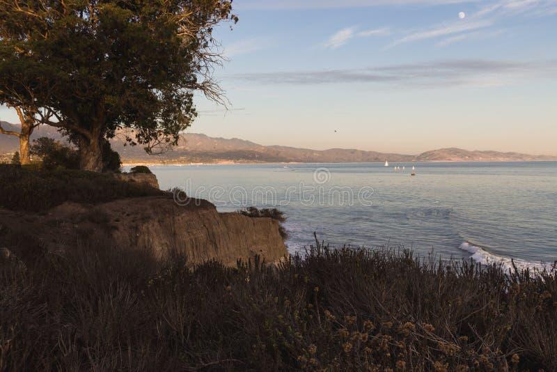 Красивый фронт пляжа Санта-Барбара с шикарным заходом солнца стоковое фото