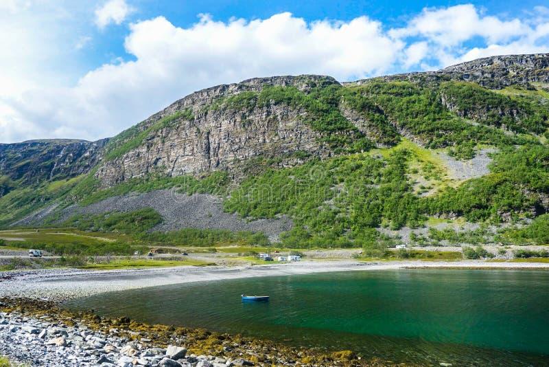 Красивый фьорд в Норвегии с горами стоковые фото