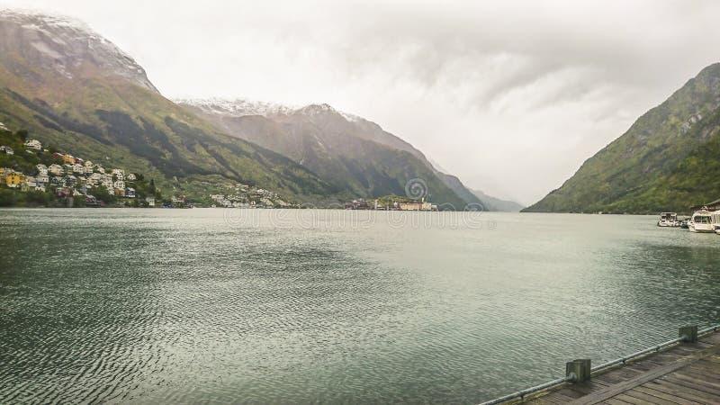 Красивый фьорд в сумерках осени, горных пиках с первым снегом, небольших деревнях, Норвегии стоковая фотография rf