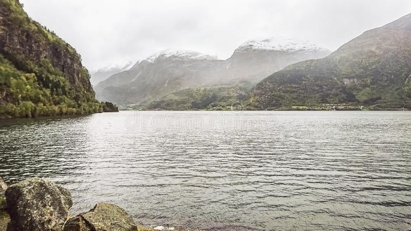 Красивый фьорд в сумерках осени, горных пиках с первым снегом, небольших деревнях, Норвегии стоковое изображение rf