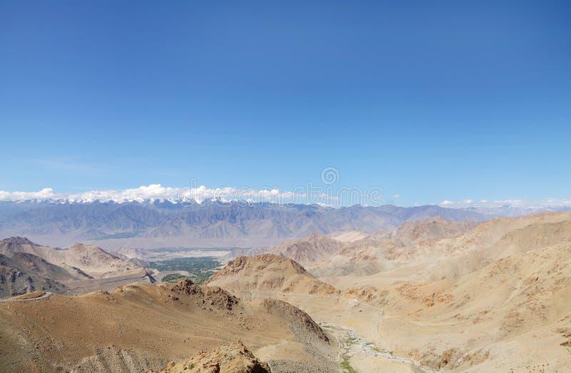 Красивый холмообразный ряд Ladakh и snowcapped Zansker выстраивают в ряд, HDR стоковые изображения rf