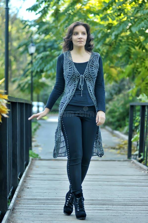 Красивый худенький идти молодой женщины стоковое фото rf