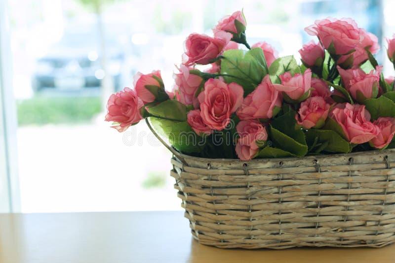 Красивый цветок розового пинка букета искусственный в корзине стоковое изображение rf