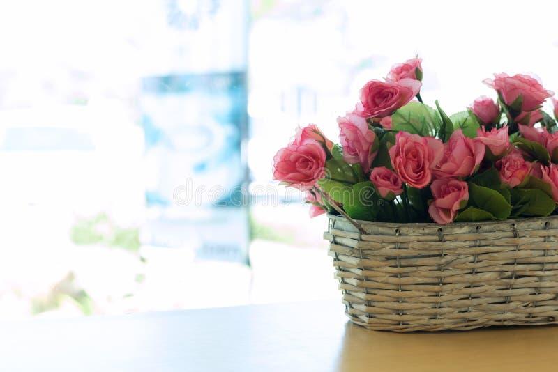Красивый цветок розового пинка букета искусственный в корзине стоковые изображения