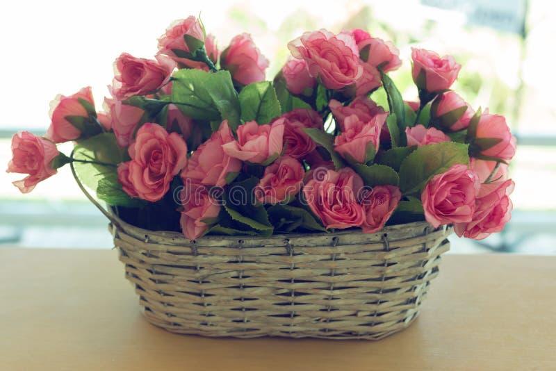 Красивый цветок розового пинка букета искусственный в корзине стоковое фото